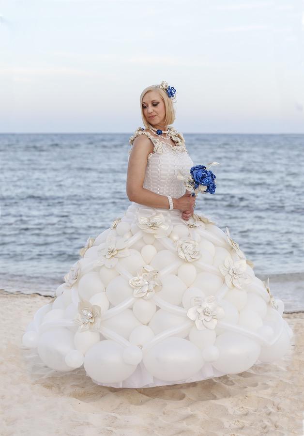 Kate Middleton wedding dress recreated using 5,000 balloons ...